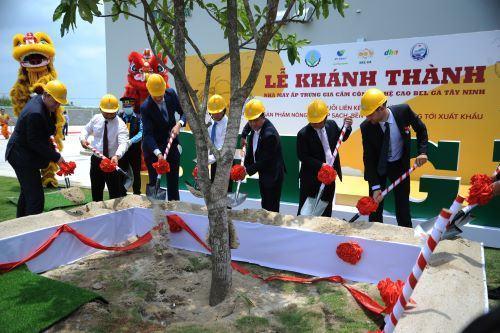 CT HĐQT Tập đoàn Hùng Nhơn Vũ Mạnh Hùng cùng các đối tác khánh thành nhà máy ấp gà trị giá 200 tỉ đồng